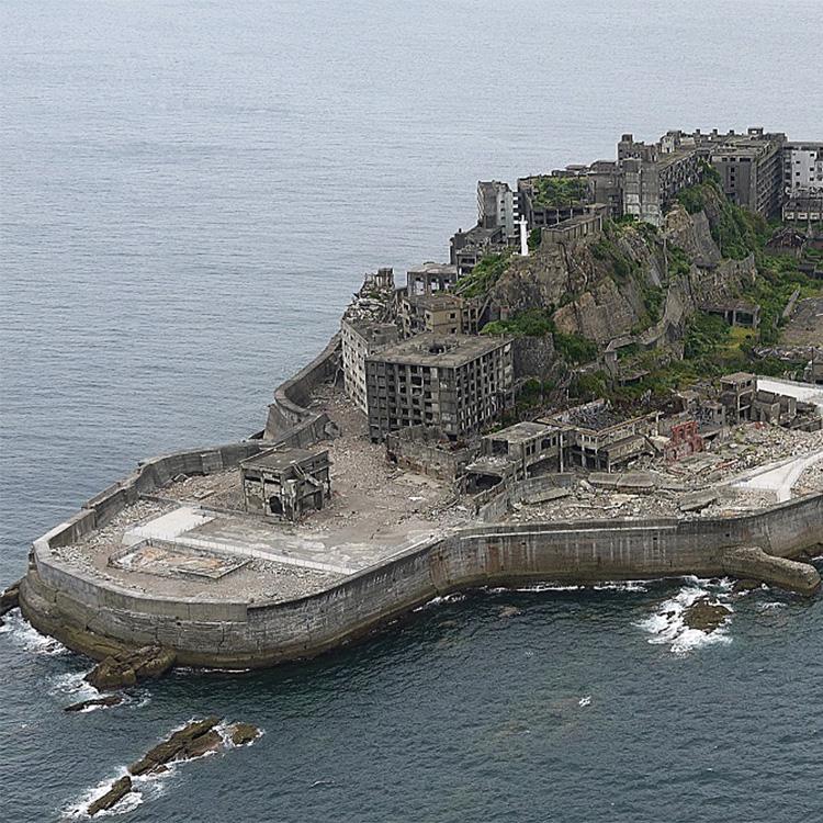 閉山後、35年を経て、2009年から上陸することが再び可能に©軍艦島上陸クルーズ