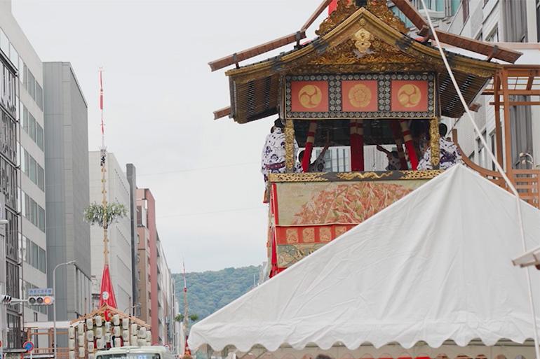 技術継承のため、2年ぶりの山鉾建てが行われた2021年の祇園祭。きらびやかな山鉾は町中の悪霊をひきつけ、後にみこしが通る道を清める役割を持つとされる© KBS京都/TOKYO MX/BS11