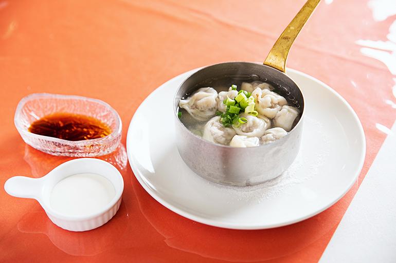 ペリメニ1500円。ゆで湯には肉と皮の味が出ているので、食べ終えたあと酢醤油で調味してスープにして楽しむ人もいる