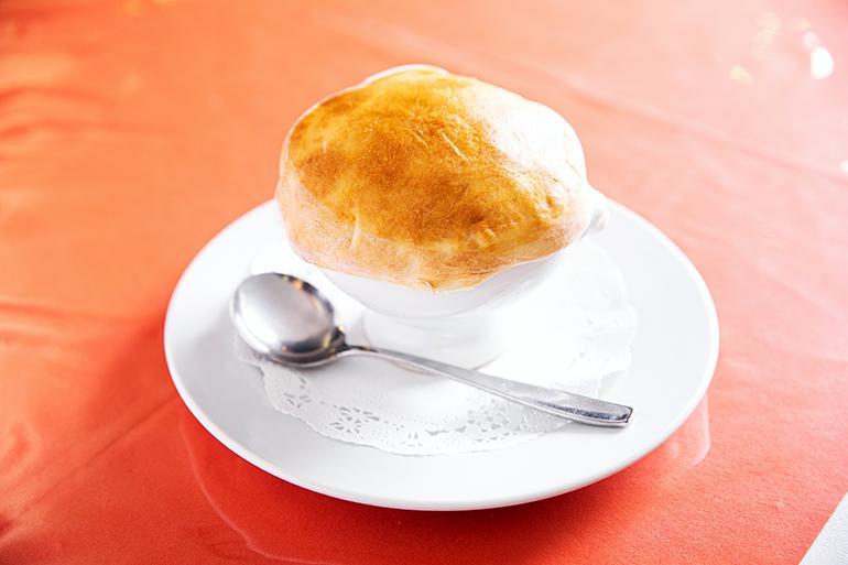 森のキノコとカニの壺焼き1200円。キノコは食感と香りの異なる4種類を組み合わせている