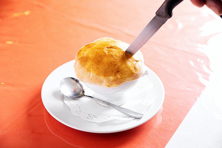 パンのふたはナイフで切るときれいに開くが、坂田さんはスプーンでたたいて破く派