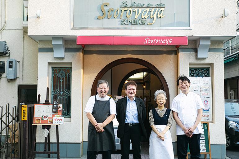 左からオーナーシェフの秋山司郎さん、坂田さん、妻で接客担当の千恵子さん、2代目の幹匡さん