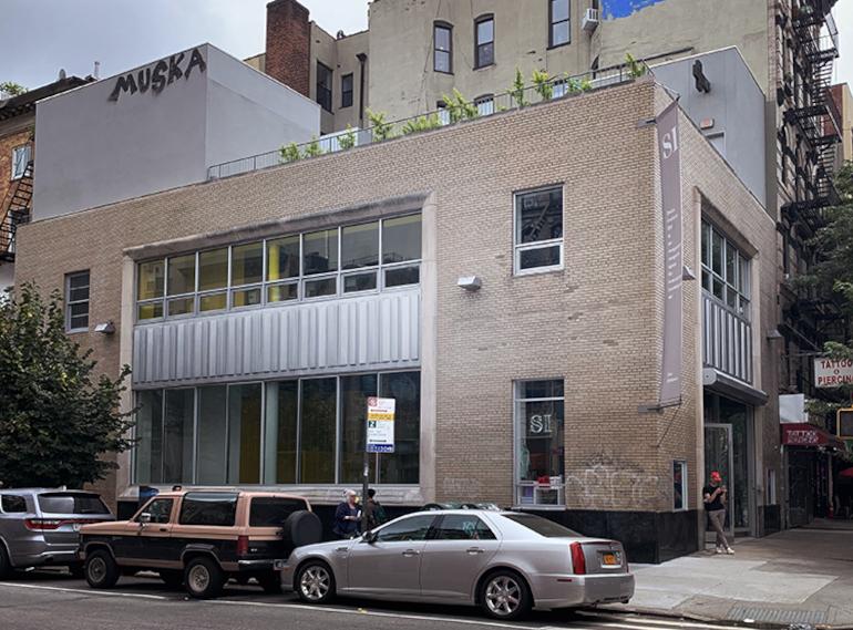 SIとPrinted Matterの外観。スタイリッシュな建物。 筆者撮影