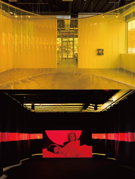 8月29日まで行われていたJAN VORISEKのNO SUN展の様子。 1階部分。斬新な空間の使い方をしたインスタレーション。 Installation view of Curved Passage, 2021. PVC strip curtain, dry wall, carpet, speakers, modular synthesizer. Photo by Daniel Perez, courtesy of Swiss Institute. (写真上) 2階部分。あまりに斬新すぎたため、なぜか気分がすっきりした作品。 Installation view of Dog Cloud, 2021. Video installation with plastic curtain, carpet, window film, dry wall, projector, speakers, metal tags, zinc alloy. Video: 13 minutes 39 seconds. Photo by Daniel Perez, courtesy of Swiss Institute. (写真下)