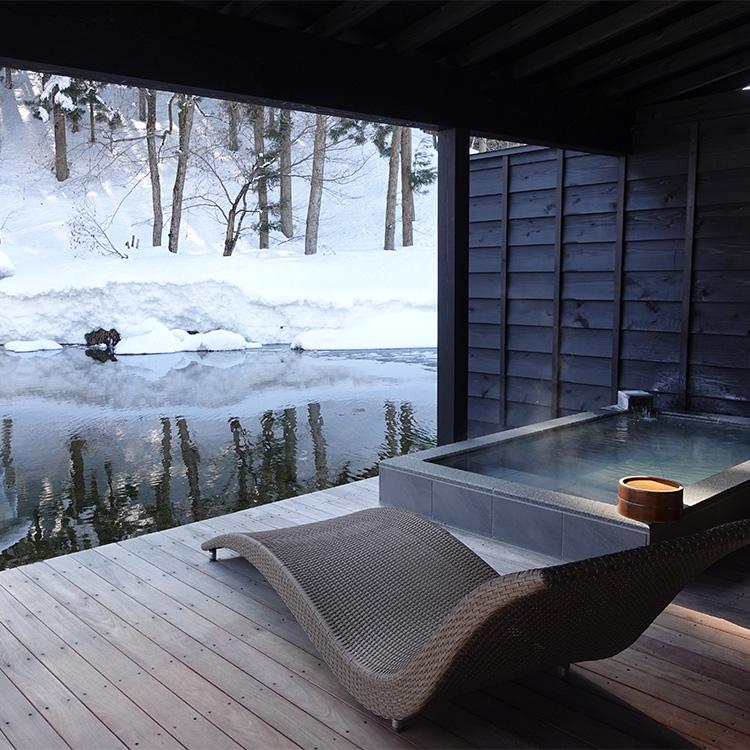 部屋のテラスにある温泉から雪景色を楽しめる=新潟県南魚沼市の六日町温泉「ryugon」