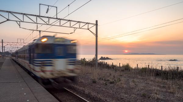 広い空と海と波の音 越後寒川駅と府屋駅