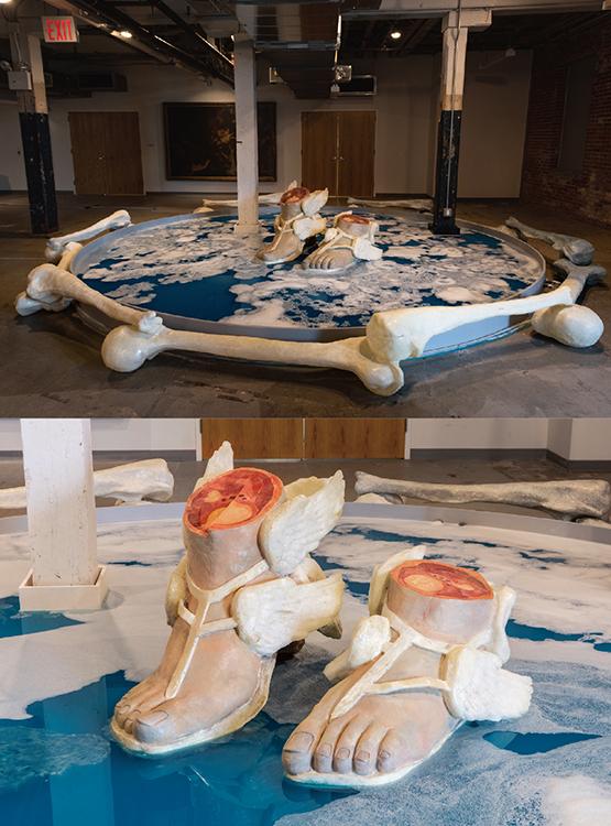 1階ギャラリーの写真。この展覧会はLMCCとGIにレジデンス・スペースを持つブルックリンの非営利団体Pioneer Worksが展覧会を共同で開催。Onyedika Chukeの「 The Forever Museum Archive 展」 ギリシャやローマの彫刻をデッサンしてきた僕にはなんとなく懐かしさすら感じさせる巨大な足の作品。作品を見ていて嬉しくなるほどクオリティが高い。(写真上)Forever Museum Archive/The Untitled/Hermes_and_Reflection Pool_Blue, Circa 2020, 2021 (installation view), photo credit: Paula Lobo (写真下)Forever Museum Archive/The Untitled/Hermes_and_Reflection Pool_Blue, Circa 2020, 2021 (installation view), photo credit: GregoryGentert  Photos courtesy of Lower Manhattan Cultural Council
