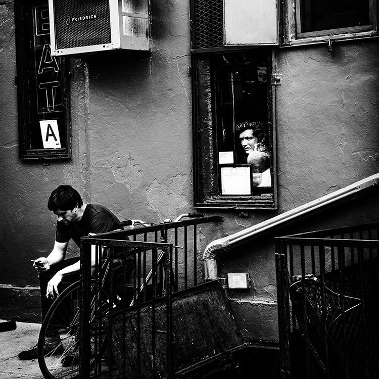 (130) 「キング」に見守られる男性 永瀬正敏が撮ったマンハッタン