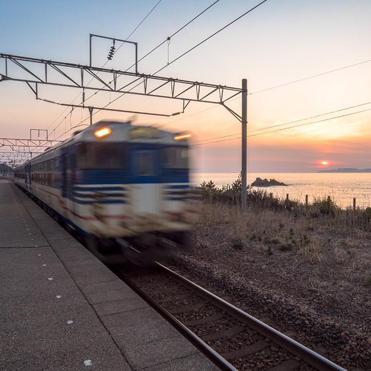 広い空と海、波の音に包まれて 新潟県の越後寒川駅と府屋駅
