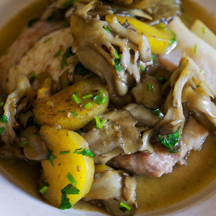舞茸の風味が極上のソースに。秋味のポークソテー