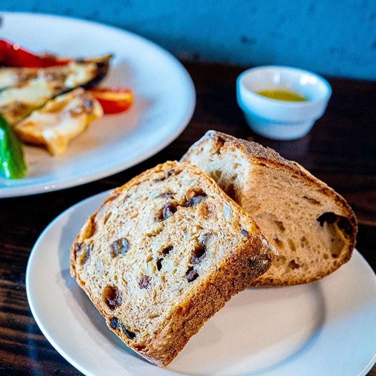 大泉産ナスのモッツァレラのせオーブン焼き アンチョビソースとパン ド カンパーニュ、黒糖ラムレーズンパン