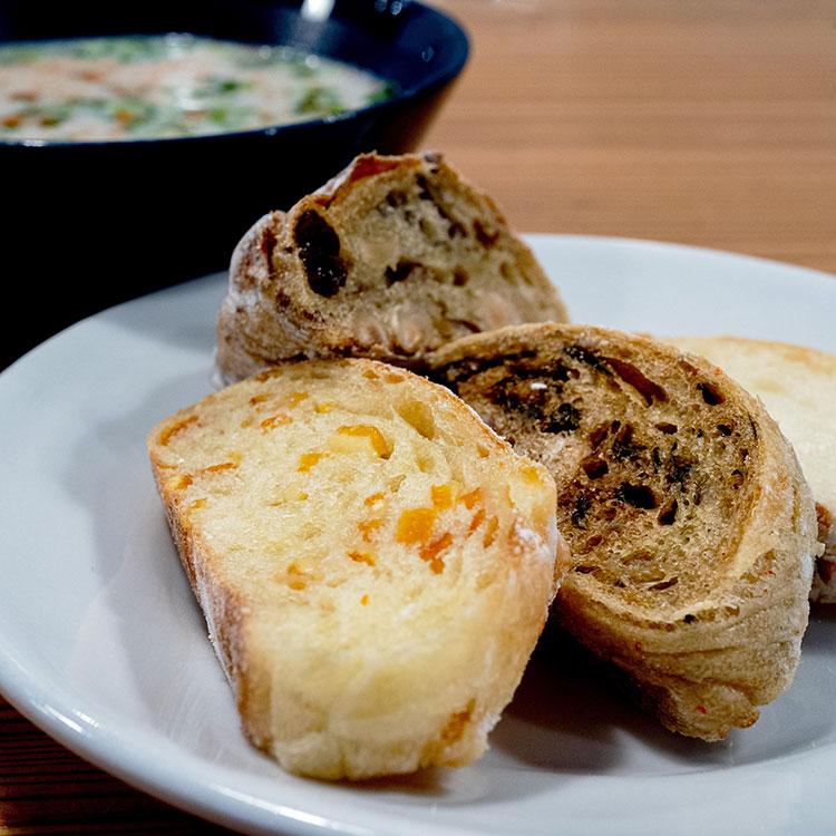 スープセットのスープとパンの盛り合わせ