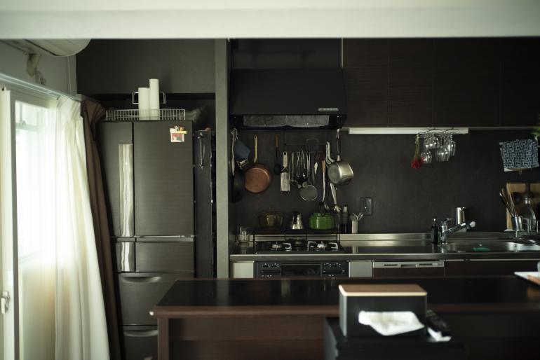 壁は白からグレーのキッチンパネルにリフォーム