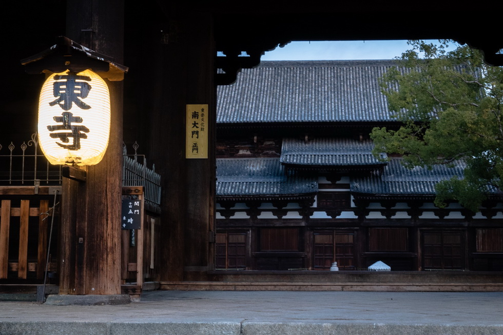 翌朝。「春はあけぼの 京都の世界遺産いちばん乗りツアー」に参加すべく、5時50分集合で向かったのは世界遺産の東寺。境内が暗い時間帯はライトアップされます