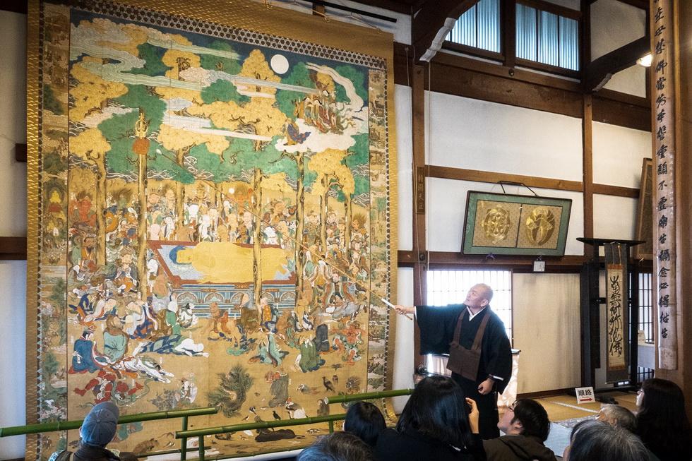 江戸時代の幅3.9メートル、高さ5.3メートルの釈迦大涅槃図(しゃかだいねはんず)も必見。修復を進めるうち、あらわになった釈迦の法衣の細かい紋様が見どころだよ
