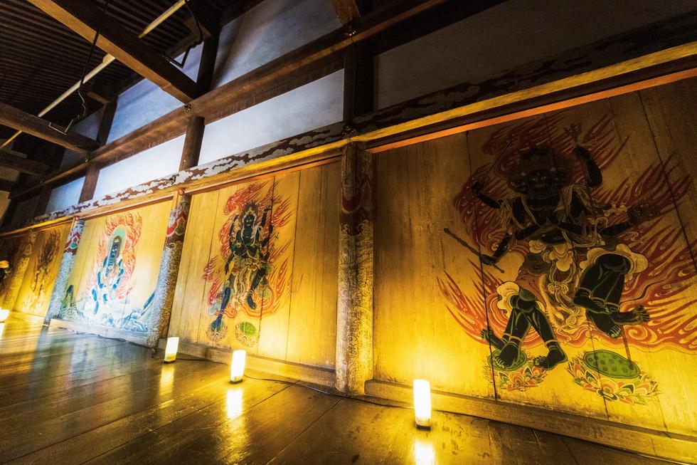 金堂の内陣はもちろんのこと、今回のハイライトは「春はあけぼの 京都の世界遺産いちばん乗りツアー」限定特別公開される金堂裏堂に描かれた五大明王壁画です  前へ次へ