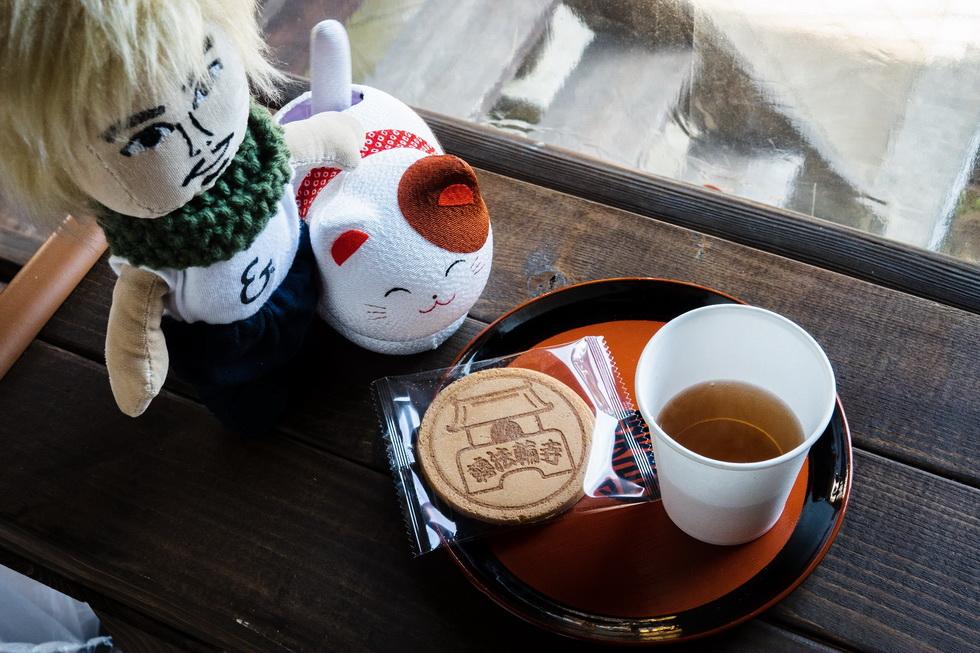 拝観後には甘茶のサービスも。オリジナルせんべいもかわいいよ(100円)