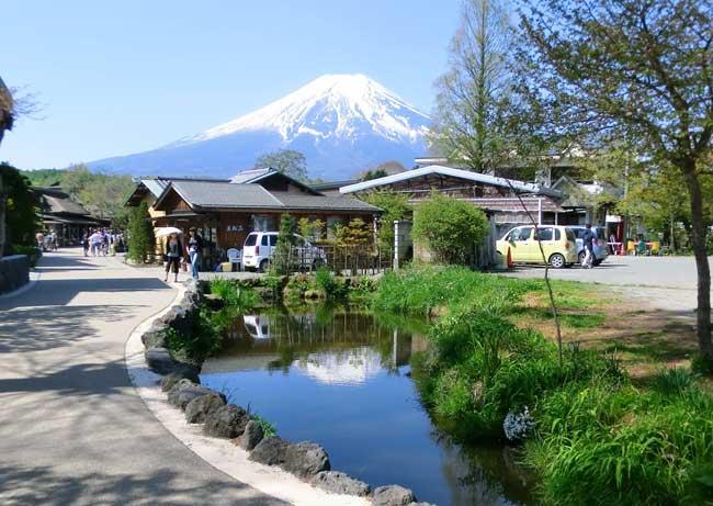 条件が合えば富士山が映る鏡池(画像提供:忍野村観光案内所)