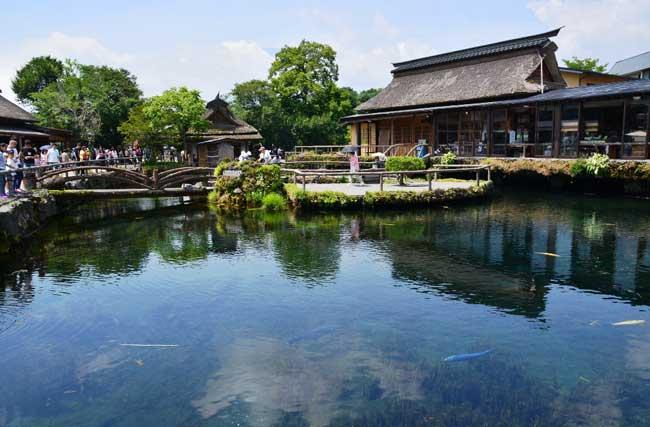 観光客が多く集まる中池付近