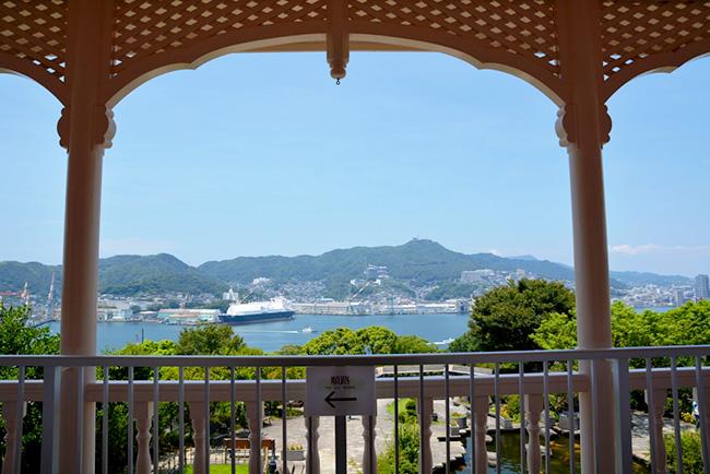 2階のベランダからアーチ状の支柱越しに長崎港を望む