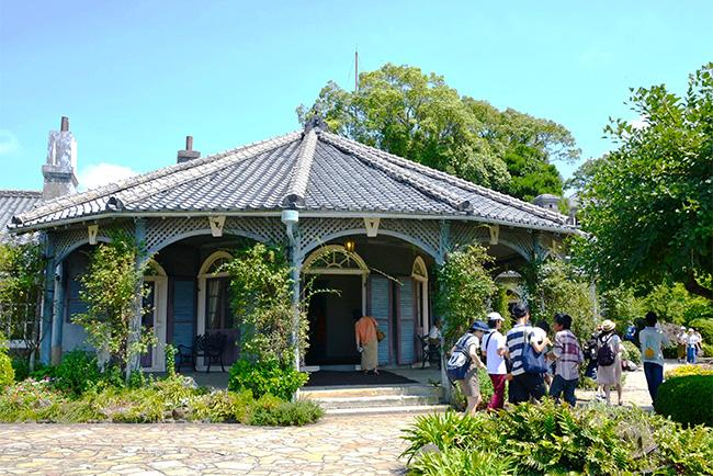 多角形の瓦葺きの屋根が印象的な旧グラバー住宅は、見学客が絶えない人気の名所
