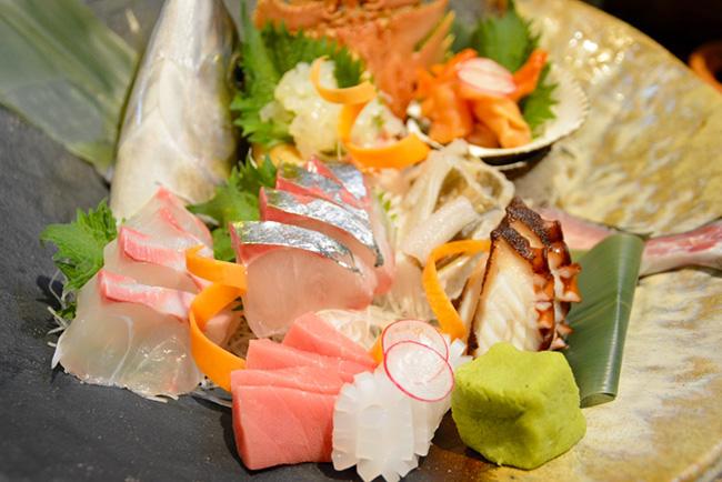 刺し身の盛り合わせ(写真は2人前)は旬の魚介7~8種が味わえる