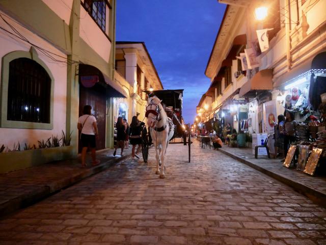 青く暮れなずむ石畳の街並みと馬車の音 フィリピンの古都ビガン