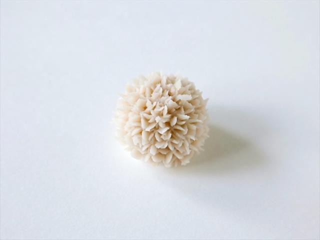 まん丸のあん玉に、山の芋と白小豆のあんを絞ってつくられる「種子」。11月限定のお菓子