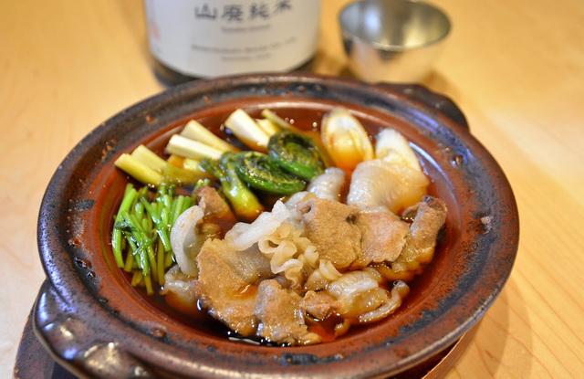 「イノシシと山菜のすき焼き鍋」。杯は県内のすず製品