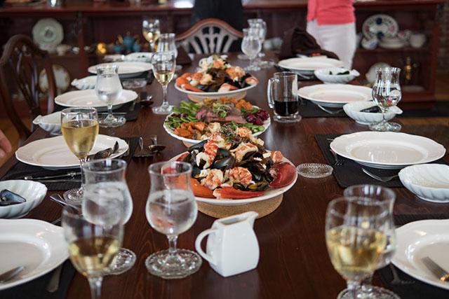 テーブルいっぱいに並ぶ大皿の料理