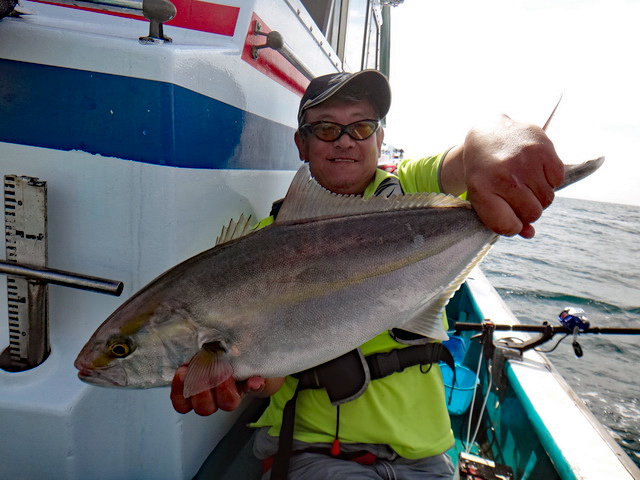 カンパチを釣り上げてうれしさがこみ上げる松本さん