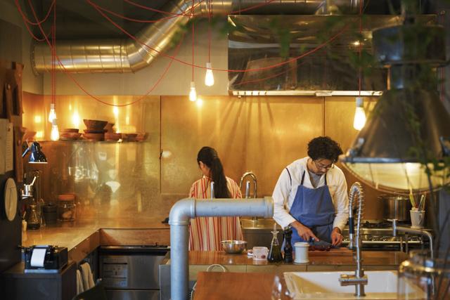色と香りとアンティークが物語を奏でる料理店「Maker」