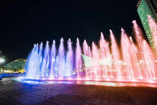 音楽に合わせて噴水の高さと彩りが変わる