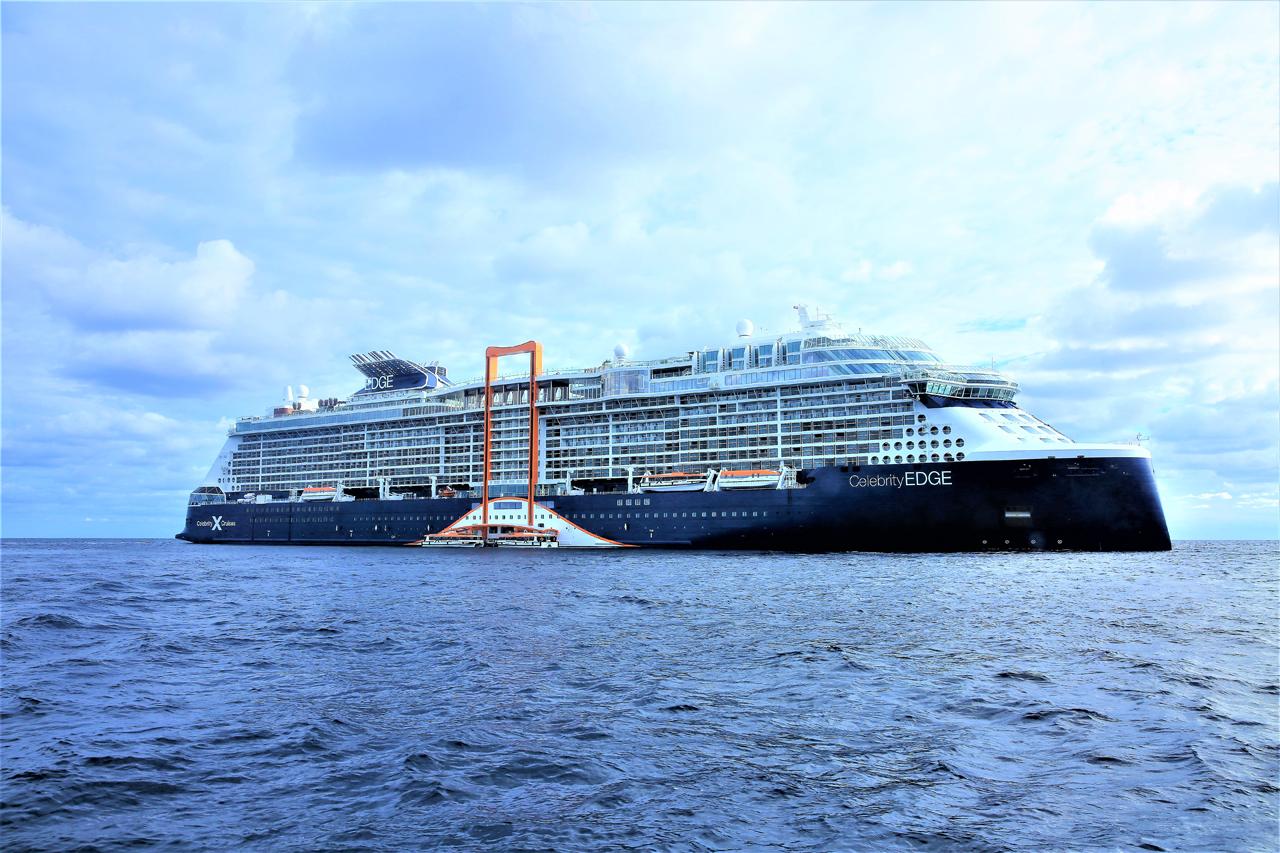 """ついに完成した客船「セレブリティ・エッジ」、バハマ沖""""魔法のじゅうたん""""で飲むビールは格別"""