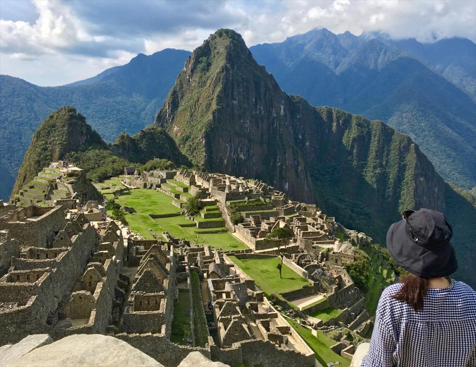 ガイドブックや雑誌で何度も見たけれど、やはり目の前にすると感動もひとしお。私が乗車した「ハイラム・ビンガム」で会話したペルー女子に何度も指導(主にダメ出し)されながら、遺跡を背景に撮影してもらいました
