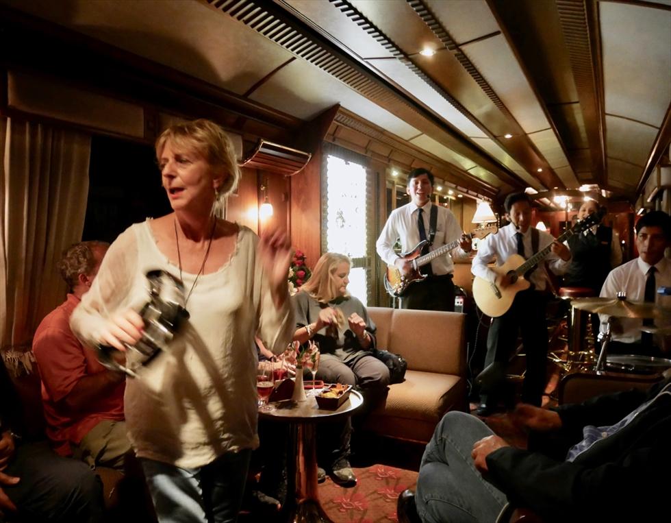 【復路】ディナー前にはバーカーでダンスタイム。踊っている女性はフランスからの旅行者。老若男女を問わず自ら望んでひとりずつ中央に進み出て踊るなんて、文化の違いを感じます…