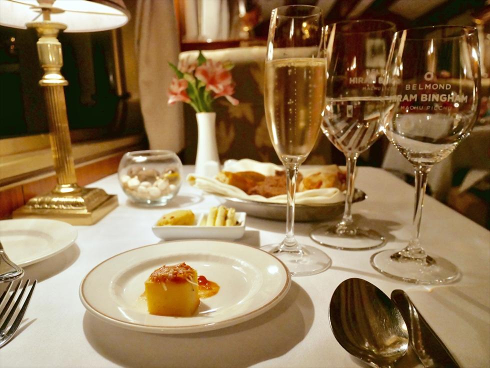【復路】ディナーコースは前菜、スープ、メイン(肉または魚からチョイス)、デザートの4皿で構成。写真はアミューズで、トマトとパルミジャーノソースを添えたポレンタ
