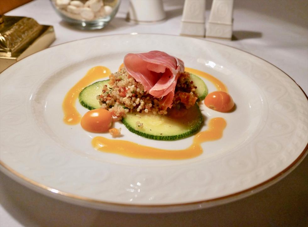 【復路】前菜はペルーらしいキヌアのサラダ仕立て、パルマ産生ハムを添えて。スパークリングワインはカヴァです