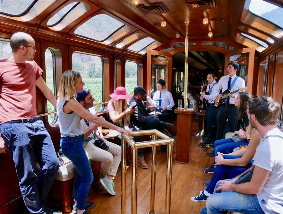 【往路】往路ではランチの用意が整うまで、乗客のほとんどがここで絶景を眺めながらお酒を飲んだり歌ったりしていました