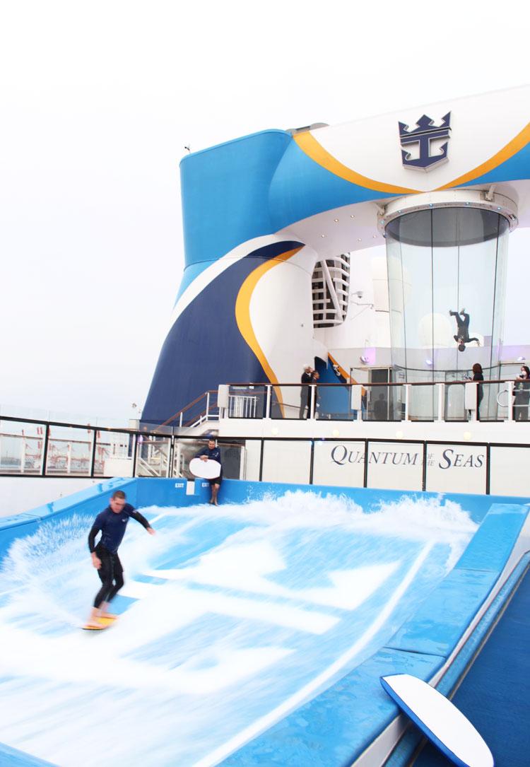 船のうえでのサーフィンやスカイダイビング、という不思議な体験ができる