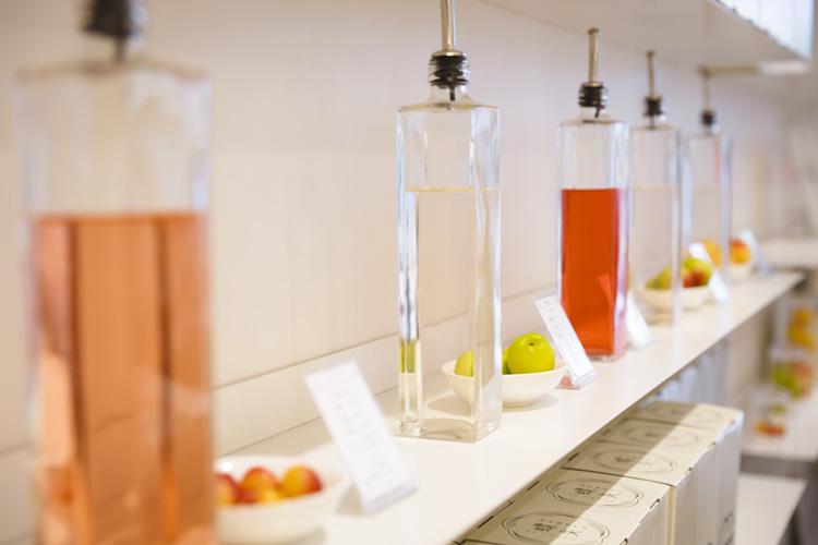 ガラス瓶の中の景色に見とれて。梅仕事を体験する専門店「蝶矢」