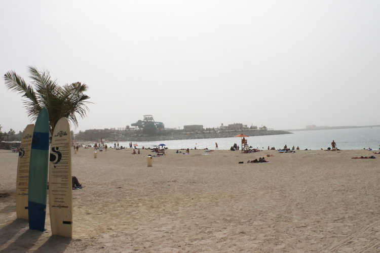 「ラ・メール」のビーチでは、スタンドアップパドルボード(SUP)やカヌーなど、さまざまなアクティビティーを楽しめる