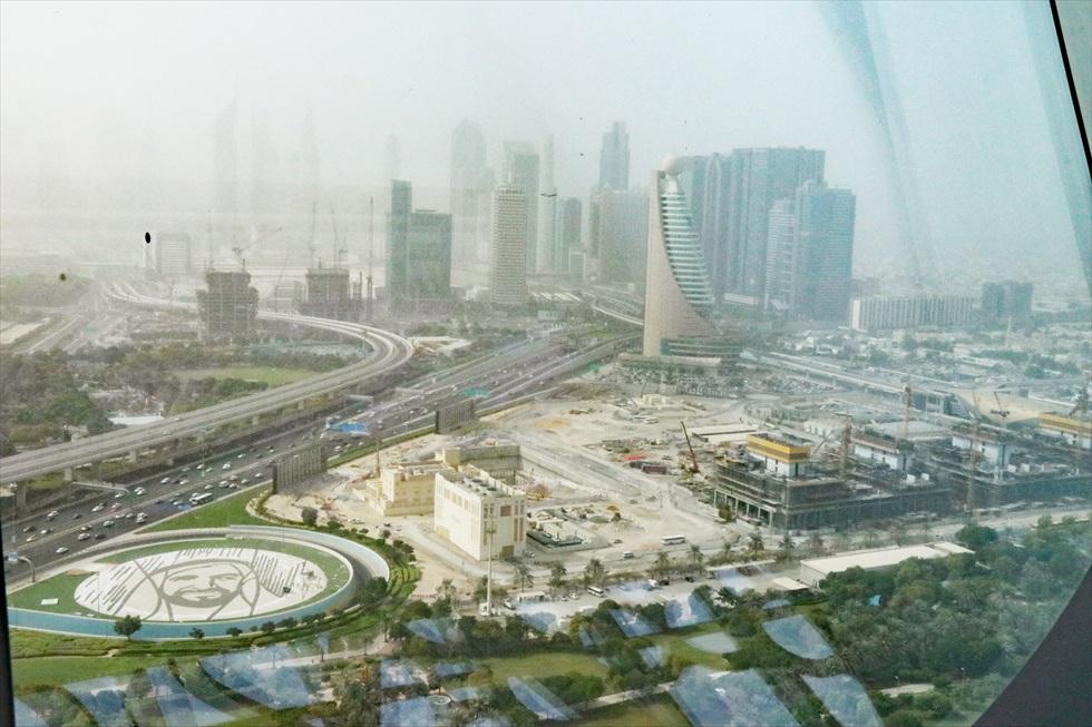 「ドバイフレーム」の展望台からの眺め。建国の父とも呼ばれる初代UAE大統領の顔を模した広場があるのに驚いた