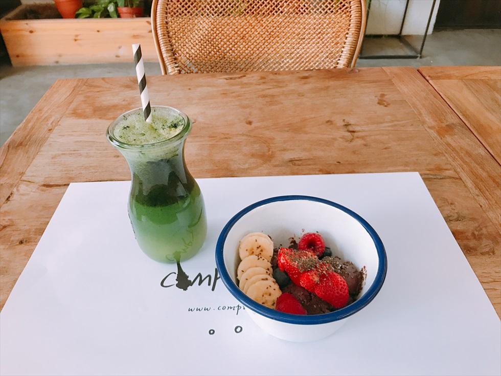 「コントワール 102」のカフェでは、ジュースやスムージーなどのフレッシュなドリンク類が人気。写真は、アサイーボウルとグリーンジュース
