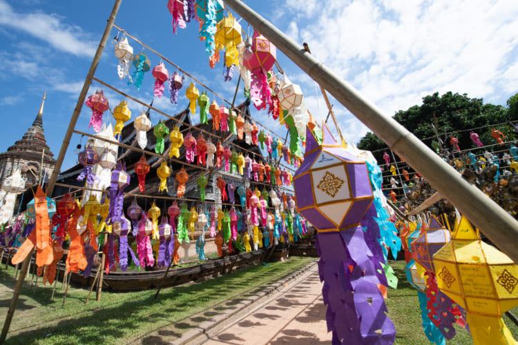 ドローンで撮った無数の熱気球 タイ・チェンマイのコムローイ祭り