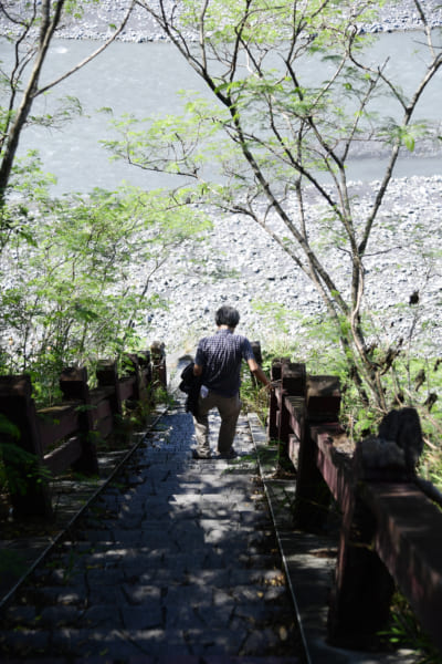 紅葉谷温泉、栗松温泉の下り口へ、旅行作家・下川裕治が行く、台湾の超秘湯旅9