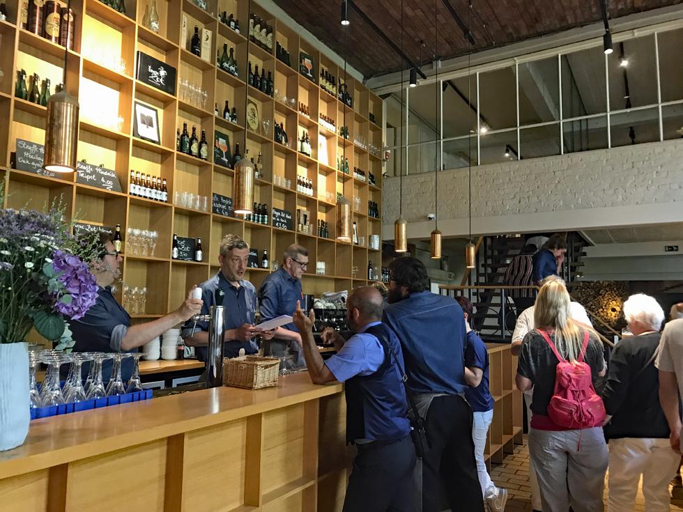 ビール醸造所「De Halve Maan」のレストランカウンター
