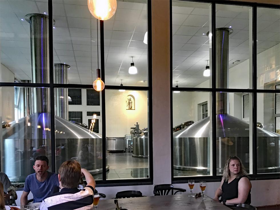 「De Halve Maan」のレストランから見えるビールの醸造タンク