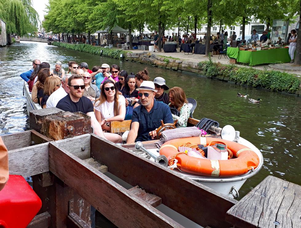 運河クルーズで乗り込んだボート。先頭のサングラスの男性がダンディーな船長さん