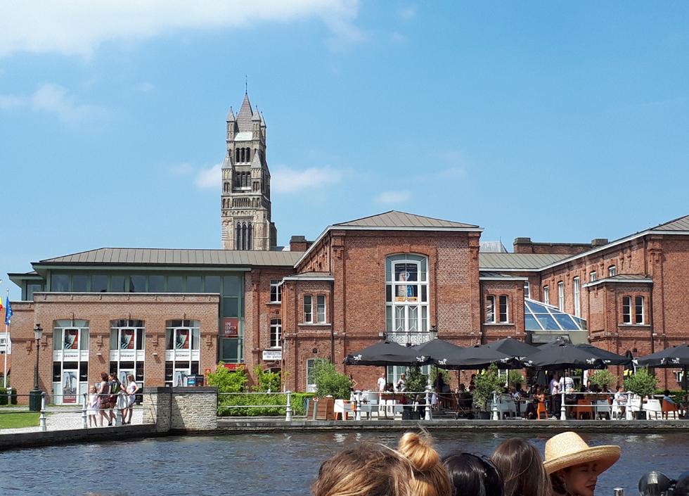 れんが作りの建物群を運河から眺める